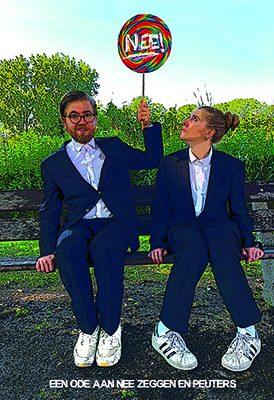 Tessa Friedrich en olivier van Klaarbergen kijken verbaasd naar een lollie met daarop het woord nee, het pr beeld voor de peutervoorstelling
